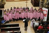Koncert v kostele Všech svatých v Litoměřicích dívčího sboru PUELLAE CANTANTES řízeném sbormistrem Romanem, Palasem pomohl diakonii.