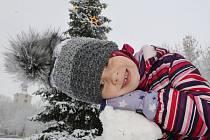 Děti si užívají sněhovou nadílku v Lovosicích