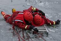 VÝCVIK V RAČICÍCH. Záchrana člověka, pod kterým se probořil led, patří k těm obtížnějším typům zásahu. Pohybovat se po zamrzlé hladině vody, případně z vody na led zpátky vylézt, je často dřina i pro trénované hasiče