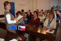 Lenka Hamelová, pracovnice Úřadu práce v Litoměřicích, při prezenci účastnic kurzu. Vepředu zprava sedí Jaroslava Bachtíková, Jana Černostová a Jindřiška Průšová.