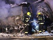 Požár čtyř nákladních vozidel zaměstnal v úterý před půlnocí hasiče.