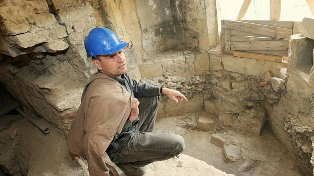 V HRADU. Akademický sochař Libor Pisklák ukazuje historické fragmenty, které se snaží znovu restaurovat do původní podoby ze středověku. Město, kterému hrad patří, chce objekt zpřístupnit a vybudovat zde i muzeum vína a využívat ho ke kulturním akcím.
