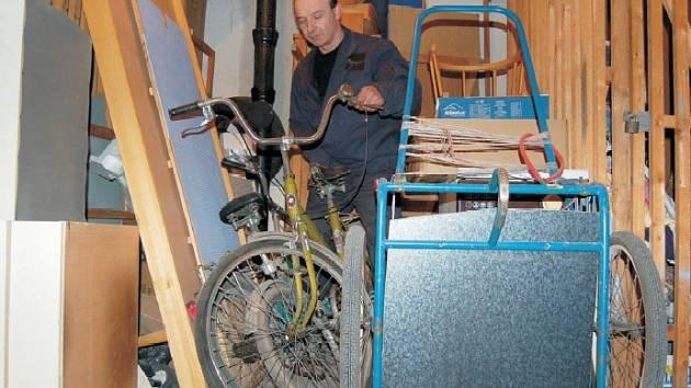 """Ke zbytkům starého nábytku, pneumatikám, vyřazené pračce nebo jízdním kolům naskládaným na hromadě ve sklepě jednoho z domů v Kubínově ulici se nikdo nehlásí.  """"Překážejí tu. Nechápu, proč si je někdo neuklidí,"""" poznamenal nájemník Jan Finda."""