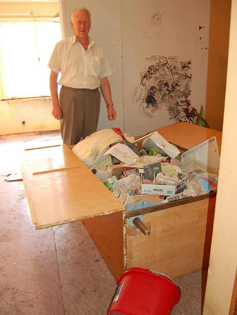 MÍSTO KONTEJNERU SKŘÍŇ. První úklidové práce ve zdevastovaném nájemním bytě už proběhly. Starosta Jaroslav Beneš ukazuje skříň, do níž otec bývalé nájemnice naházel část odpadu.