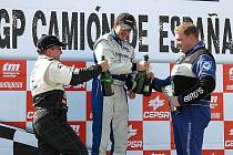Vršecký se raduje ze svého prvního vítězství v Jaramě. Gratuluje mu druhý Hahn (vlevo) a třetí Levett.
