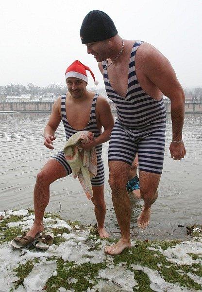 Otužilci se koupali v ledovém Labi
