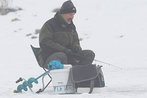 LOV NA DÍRKÁCH je oblíbenou zimní kratochvílí zapálených rybářů. Na veslařském kanálu v Račicích k němu mají skvělé podmínky.
