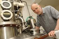 KONTROLA. Jan Härting kontroluje zařízení palírny před jejím spuštěním.