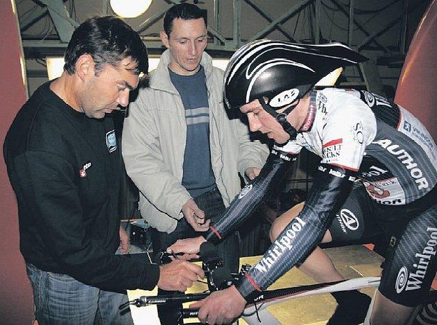 V TUNELU. Sportovní ředitel PSK Whirlpool–Author René Andrle (uprostřed) s mechanikem a cyklistou Martinem Marešem ladí v tunelu.