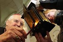 Předávání betlémského světla v litoměřické katedrále.