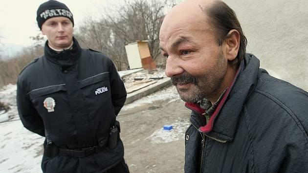 """NA PERIFERII. """"Spím, kde se dá. Kde je teplo, tam si lehnu. Jsem bezdomovec,"""" říká Dušan z Litoměřic, který teď přespává s dalšími bezdomovci v jedné z chat na okraji Lovosic, jejíž osazenstvo tu včera strážníci kontrolovali."""