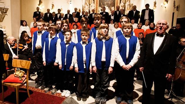 Zpívání v kostele, ilustrační foto.