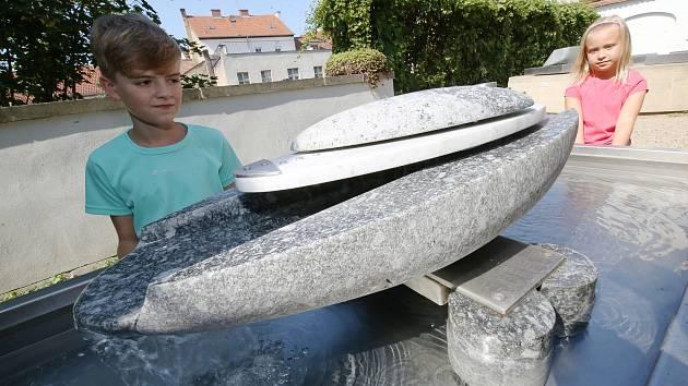 V Severočeské galerii probíhá na parkánech výstava Františka Svátka- Kinetické sochy