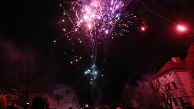 Nebe nad Lovosicemi rozzářil silvestrovský ohňostroj
