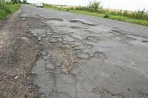 SILNICE U MARTINĚVSI. Takto vypadá stav vozovky silnice III. třídy u hranic Ústeckého kraje se Středočeským krajem.