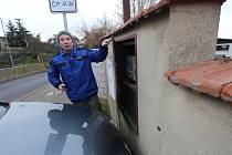 Majitel domu ukazuje, jak automobily u jeho domu parkují a blokují mu přístup do elektroměrové  skříně.