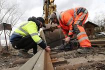 Odborná firma opravuje kolejiště Zubrnické museální železnice u bývalého úštěckého nádraží.