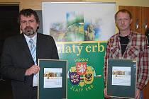 Tajemník úřadu Petr Panaš a informatik úřadu Jan Černý (vpravo) převzali ceny od hejtmanky Jany Vaňhové a předsedy sdružení Zlatý erb.