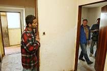 VYKLIZENÝ byt. Soudní vykonavatel a starosta přišli do vyklizeného bytu. Jedny dveře musel otevřít zámečník, místnost za nimi ale byla prázdná. Situaci přihlíželi někteří Romové ze sousedství.