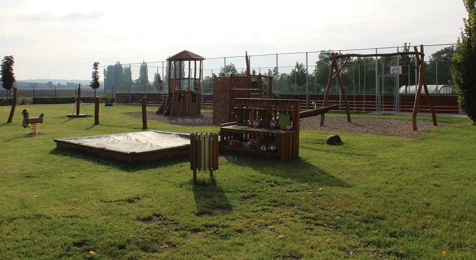 V prostoru za mateřskou školou u dětského hřiště vzniklo letos i multifunkční hřiště.