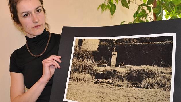 BUSTA bude podle slov autorky Alžběty Kumstátové umístěná v parku u jezírka mezi lavičkami. K slavnostnímu odhalení busty má dojít 5. října, tedy v den Havlových narozenin.