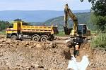 BEZ TĚŽKÝCH STROJŮ. Práce na stavbě dálnice D8 skončily, soud zrušil stavební povolení. Dělníci stavbu zakonzervují.