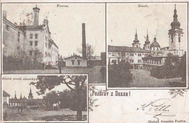 ZAŠLÁ SLÁVA. Budova Aehrenthalského parostrojního pivovaru a doksanského panství na historické pohlednici.