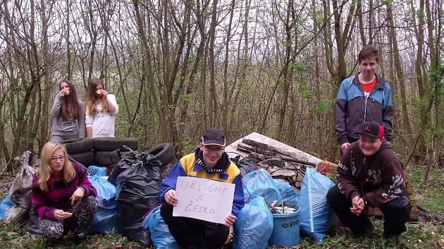 Dobrovolníci uklidili Hostěraz