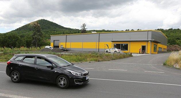 Na předměstí Litoměřic vyrostla průmyslová hala bez stavebního povolení. Stavební úřad zahájil řízení ojejím odstranění.