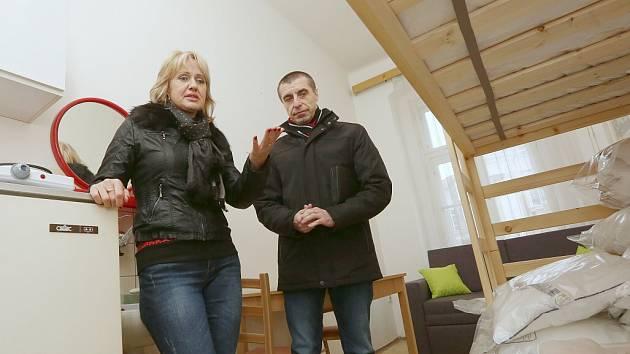 Vedoucí odboru sociálních služeb a zdravotnictví litoměřického městského úřadu Renáta Jurková a místostarosta Pavel Grund v místnosti pro krizové případy rodin s dětmi