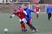 Fotbalisté SK Roudnice (v modrém) si proti Bohušovicím zastříleli.