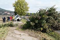 U Žitenic se srazila dvě auta. Jeden vůz zůstal zaklíněný ve stromě