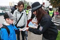 Litoměřičtí dopravní policisté dětem u přechodu rozdávali nejen potřebné informace, ale i nejrůznější propagační předměty, jako úkolníčky, vystřihovánky a sladkosti.