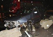 Ve čtvrtek po devatenácté hodině mladý řidič zřejmě přehlédl provizorní kruhový objezd u odbočky z obchvatu Lovosic směrem na Siřejovice a poté do něho narazil.