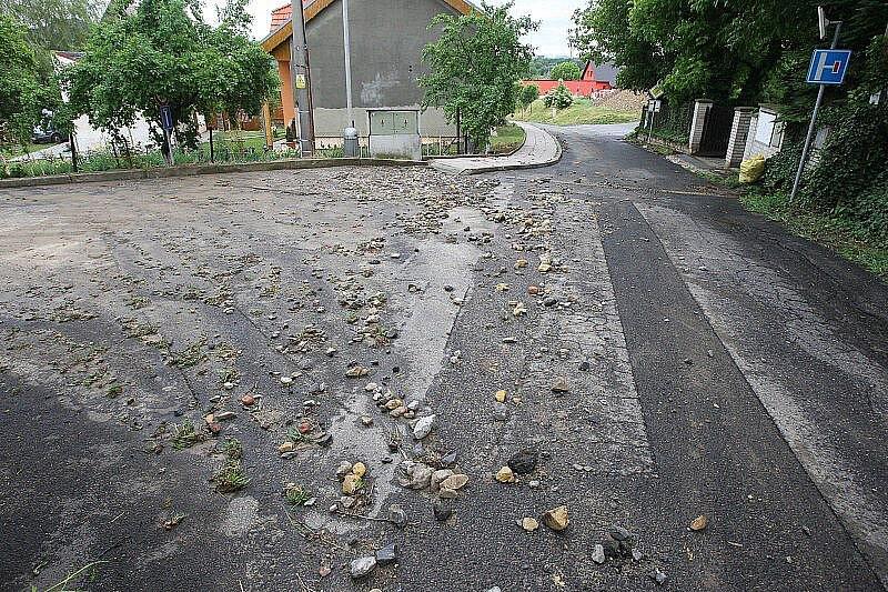 Přívalový déšť poničil železniční trať ve Lhotce nad Labem.