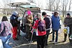 Litoměřická pobočka Naděje rozdává lidem bez domova balíčky základních potravin. Archivní foto