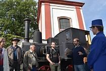 Procházka vedla do Kavárny s párou po bývalé železniční stanici. Před ní je historická lokomotiva. U ní jsou na záběru historici Filip Hrbek (uprostřed) a Jen Peer (druhý zprava).