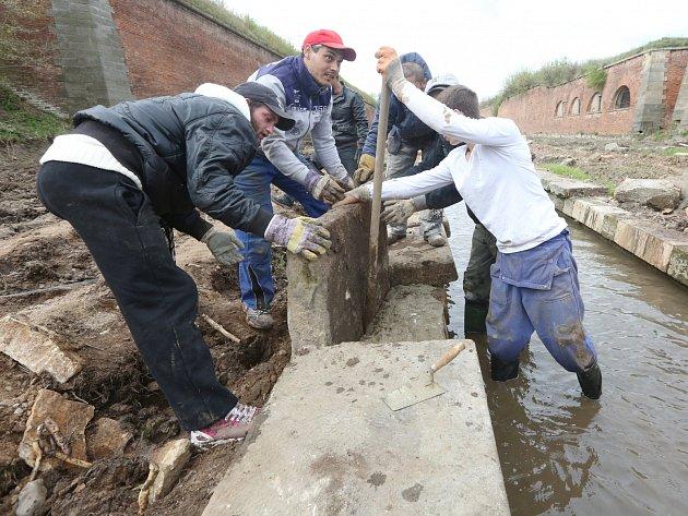 Rekonstrukce opevnění pevnosti v Terezíně pokračuje, práce probíhají na opravě odvodňovacích kynet.
