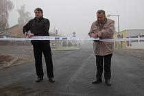 Slavnostního přestřižení pásky se ujal starosta Bohušovic nad Ohří Ivo Hynl (vpravo) a předseda Regionální rady regionu soudržnosti Severozápad Jiří Šulc.