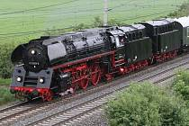 HISTORICKÁ parní lokomotiva vyrazila v sobotu z Německa do Prahy.