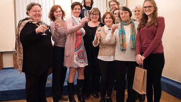 Dobrovolníci Hospice sv. Štěpána spolu s koordinátorkou Dagmar Pelcovou.