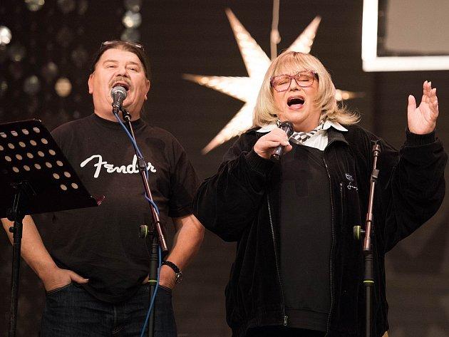 Seniorům zazpívala Naďa Urbánková.