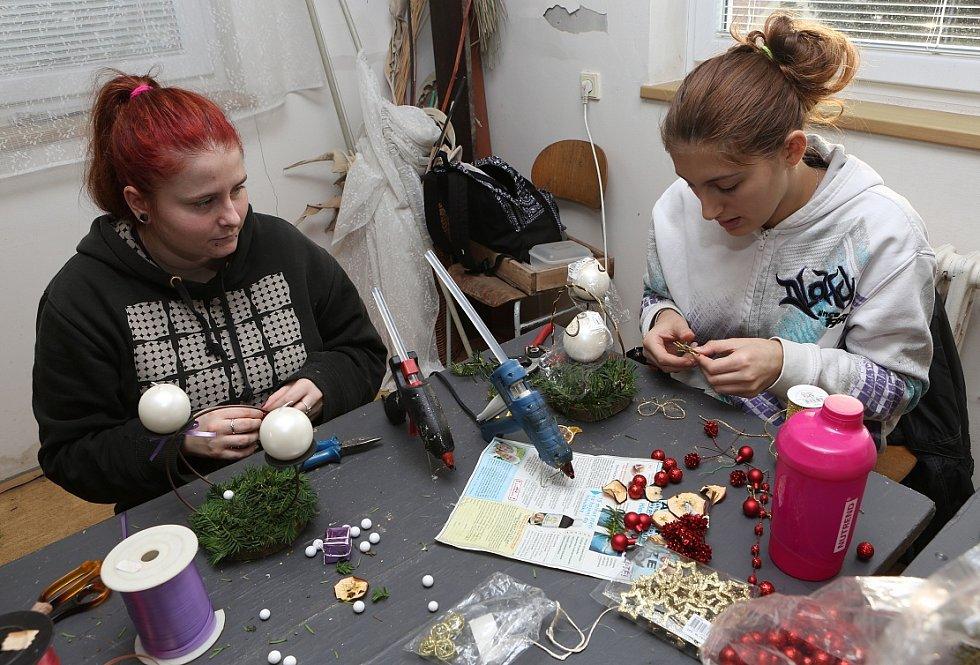 Žáci připravují vánoční výrobky pro výstavu
