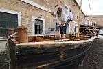 Nadšenci vyrábějí v Terezíně loď, která se představí za čtrnáct dnů na tradičních Pirátských válkách. Poté popluje po Labi až do Drážďan.