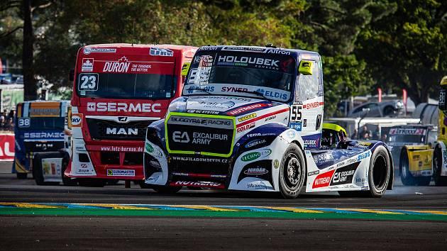 Adam Lacko z týmu Buggyra Racing vyhrál na mokré trati závod předposledního podniku mistrovství Evropy tahačů v Le Mans.