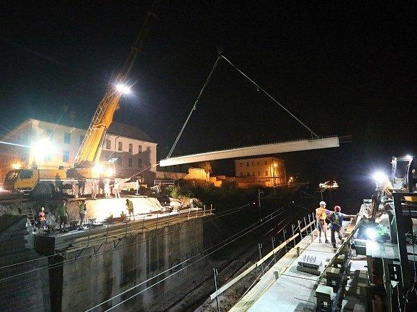 Pokládání nosníků části Tyršova mostu