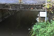 Trojhorský potok v obci Vinné na Ploskovicku. Pod mostkem je nainstalován varovný systém.