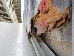 Desky instalované podél areálu někdo zřejmě prokopal, vytrhal nebo poškodil.
