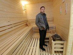 Do sauny v Lovosicích se vejde až osm lidí. Město stála přes milion korun. Na snímku je místostarosta Lovosic Vladimír Šuma.