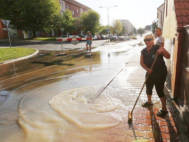 Havárie vodovodního řadu v Terezínské ulici v Lovosicích z loňského července.